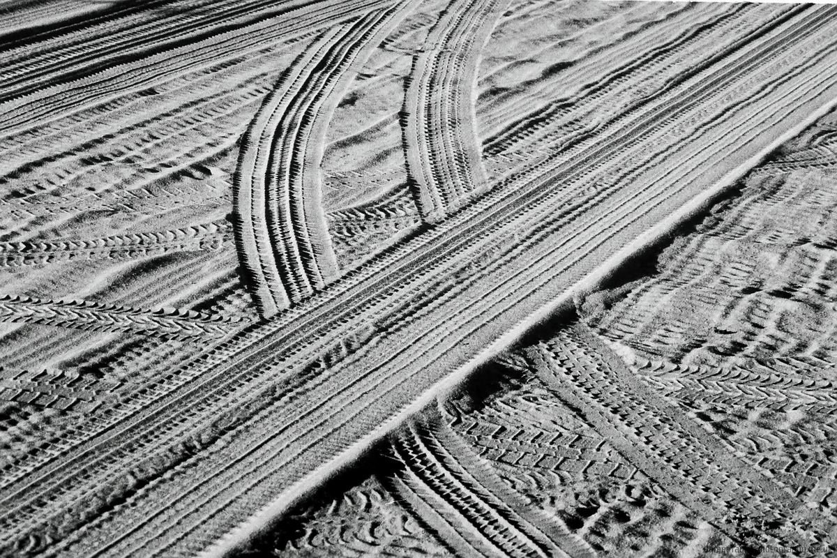pattern-bw-sand-tracks